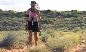 Middle-aged mum first woman to run across Australia's Simpson Desert
