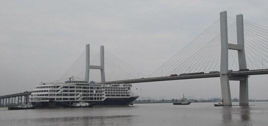 Weird China cruise liner bridge