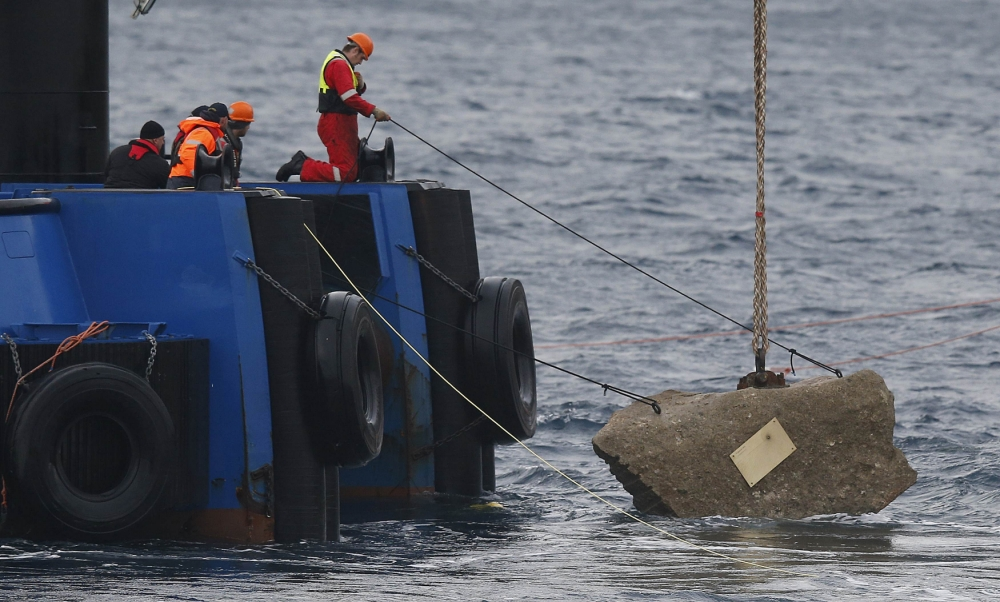 Rock is cast into the sea for 32 victims of Costa Concordia