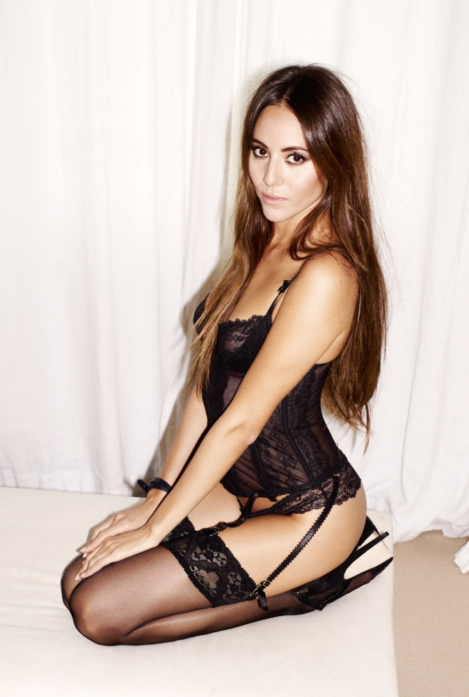 Jenson Button's F1 babe Jessica slips into her knickers