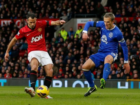Ryan Giggs and Robin van Persie goals earn Manchester United win over Everton