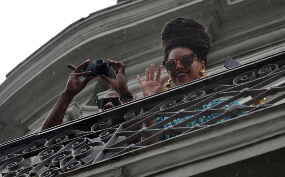 epa03651003 US singer Beyonce (R) and her husband, US rapper and producer Jay-Z (L), appear at the balcony of their room in the Saratoga Hotel of Havana, Cuba, 05 April 2013. Beyonce and her husband, U.S. rapper and producer Jay-Z, are visiting Cuba, where celebrate their fifth wedding anniversary.  EPA/STR