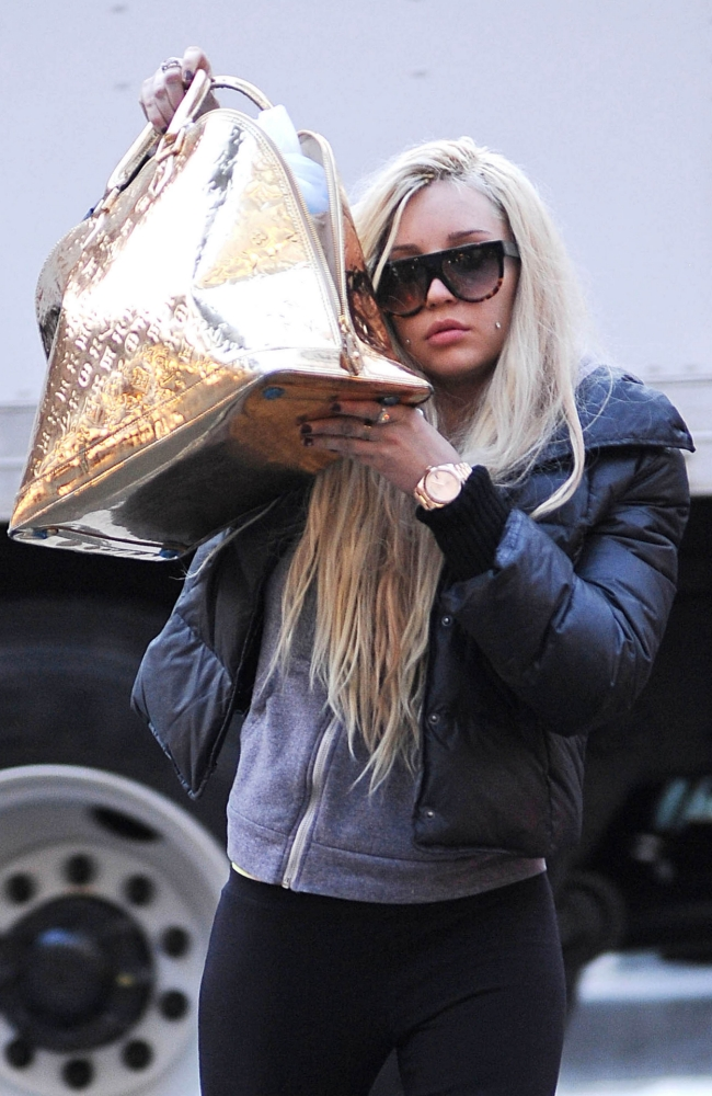 08.APR.2013 - NEW YORK - USA AMANDA BYNES SEEN OUT AND ABOUT TRYING TO HIDE BEHIND HER GOLDEN BAG. BYLINE MUST READ : XPOSUREPHOTOS.COM *AVAILABLE FOR UK SALE ONLY* ***UK CLIENTS - PICTURES CONTAINING CHILDREN PLEASE PIXELATE FACE PRIOR TO PUBLICATION *** *THIS IMAGE IS STRICTLY FOR PAPER AND MAGAZINE USE ONLY - NO WEB ALLOWED USAGE UNLESS PREVIOUSLY AGREED.  **UK CLIENTS MUST CALL PRIOR TO TV OR ONLINE USAGE PLEASE TELEPHONE 44 208 370 0291**