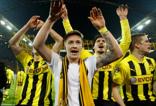 Borussia Dortmund's Marco Reus (C) and team mates celebrate after defeating Malaga to win the Champions League quarter-final second leg soccer match, in the western German city of Dortmund April 9, 2013.                         REUTERS/Ina Fassbender (GERMANY  - Tags: SPORT SOCCER)