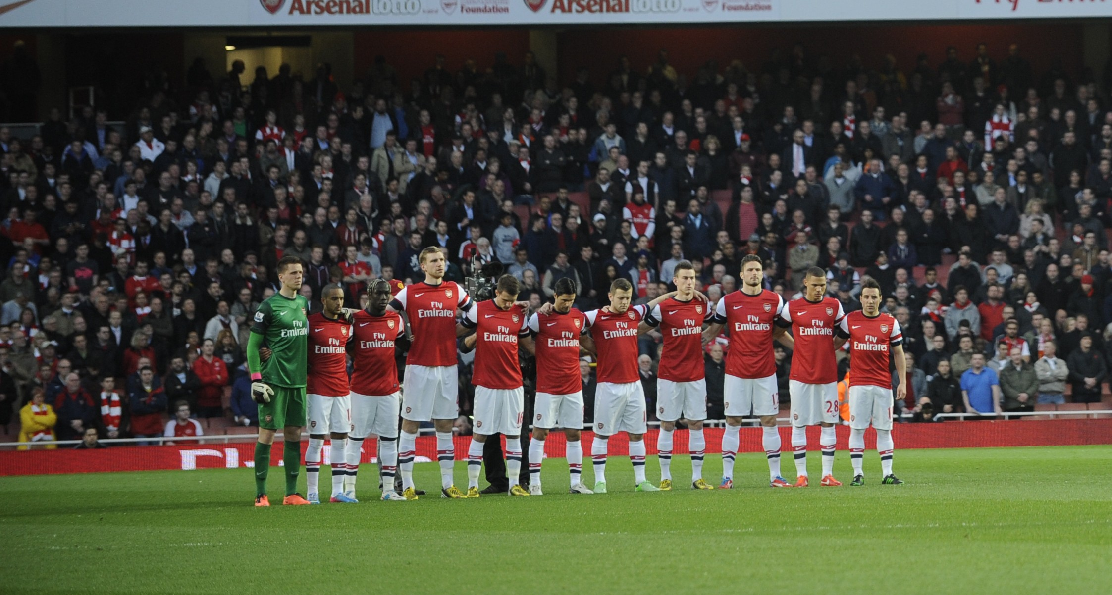 Arsenal fans up in arms as club consider guard of honour for Robin van Persie and Manchester United team-mates