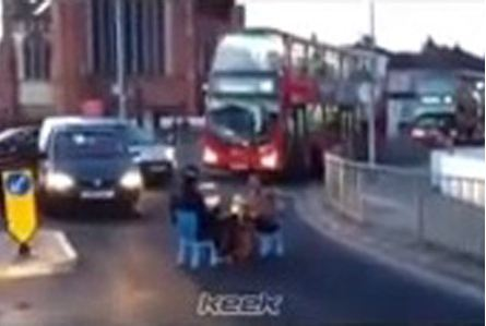 Selfish dinner date: Couple sit down to eat in the middle of a busy London road