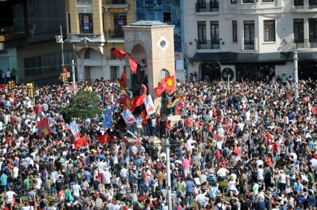 Turkish protestors arrive in Taksim Square