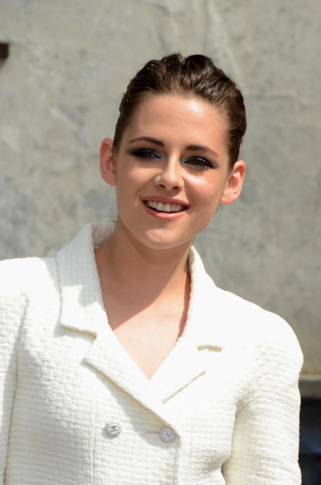 Kristen Stewart 'eyes up a date with Zac Efron'