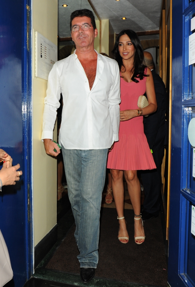 August 28, 2013: Simon Cowell and pregnant girlfriend Lauren Silverman seen leaving Scalini restaurant in London, UK. The couple share a kiss as they leave dinner.   Mandatory Credit: INFphoto.com Ref: infuklo-190 sp 