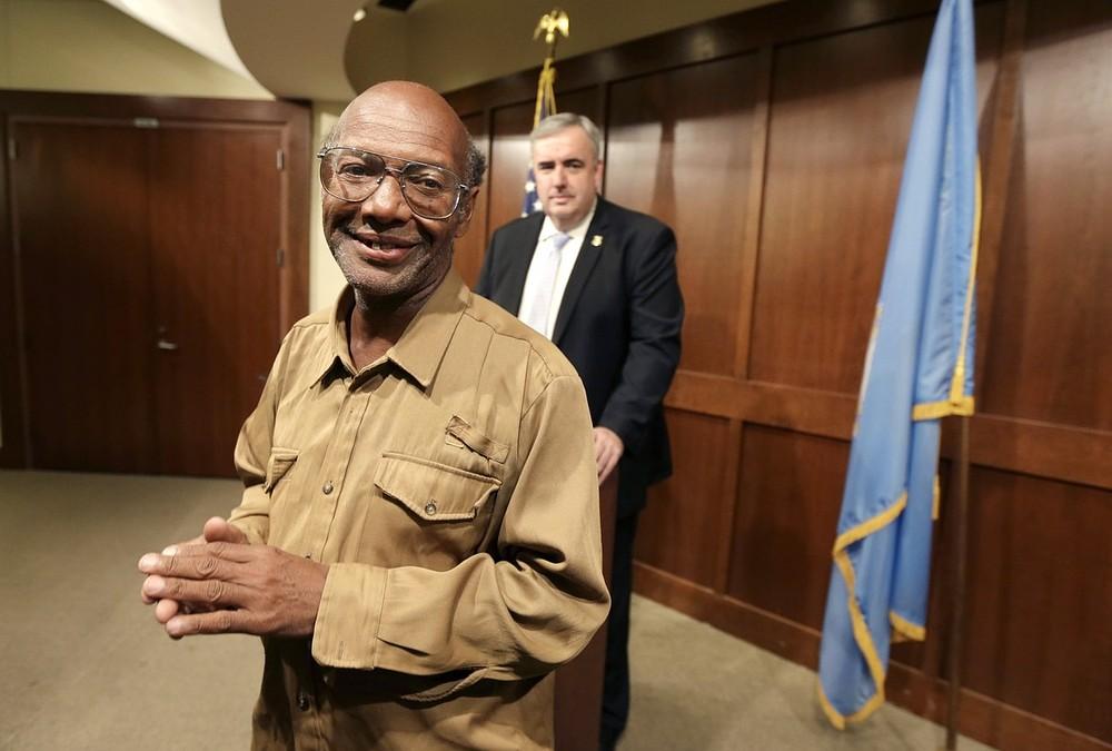 Homeless man Glen James returns £26,000 found in Boston backpack