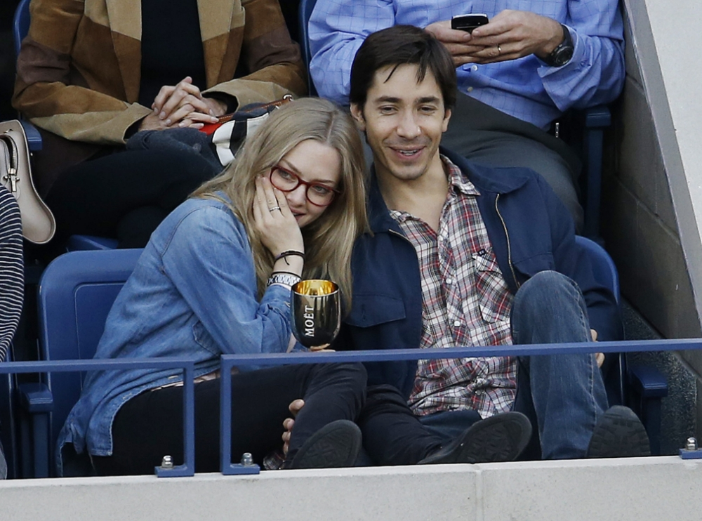 epa03860189 US actors Amanda Seyfried (L) and Justin Long (R) watch Novak Djokovic of Serbia play Rafael Nadal of Spain during the men's final on the fifteenth day of the 2013 US Open Tennis Championship at the USTA National Tennis Center in Flushing Meadows, New York, USA, 09 September 2013. The US Open runs through Monday 09 September, a 15-day schedule for the first time.  EPA/JASON DECROW