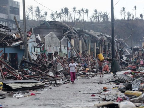 Survivors of Typhoon Haiyan roam the streets 'like zombies'