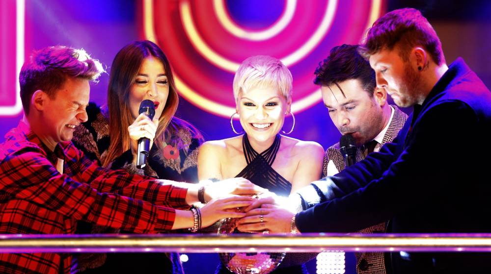 Singer Jessie J (C) switches on the Oxford Street Christmas lights with singers Conor Arthur (L) and James Arthur (R) and Capital Radio DJ's Lisa Snowdon and Dave Berry outside Selfridges department store in central London, November 12, 2013. REUTERS/Andrew Winning  (BRITAIN - Tags: ENTERTAINMENT SOCIETY)
