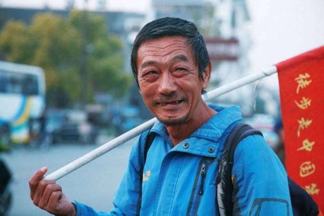 Li Changbo, walking