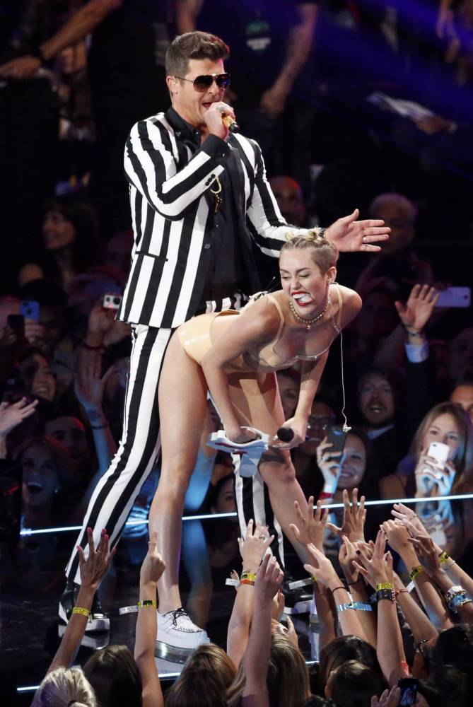 """Singers Miley Cyrus and Robin Thicke perform """"Blurred Lines"""" during the 2013 MTV Video Music Awards in New York, United States on August 25, 2013.     REUTERS/Lucas Jackson (UNITED STATES  - Tags: ENTERTAINMENT)  (MTV-SHOW)"""