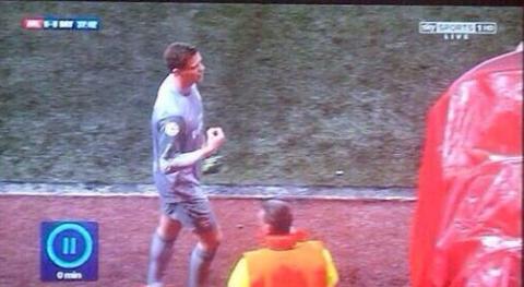 Wojciech Szczesny makes offensive gesture after Arsenal red card