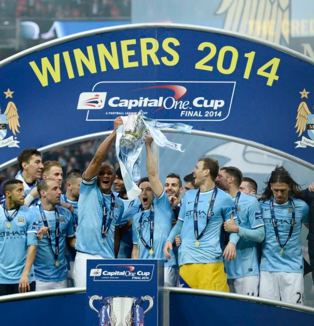 epa04106381 Manchester City's captain Vincent Kompany (L) raises the Capital One Cup after beating Sunderland 3-1 in the Capital One Cup final at the Wembley Stadium in London, Britain, 02 March 2014.  EPA/FACUNDO ARRIZABALAGA DataCo terms and conditions apply http://www.epa.eu/files/Terms%20and%20Conditions/DataCo_Terms_and_Conditions.pdf