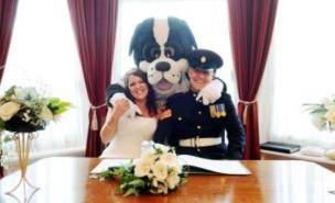 Port Vale mascot Boomer gave away bride Nicola Williamson at her wedding to Dave Walker. (Image: Caters)