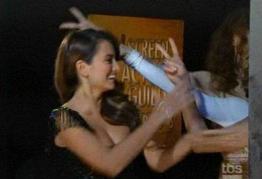This is the moment Penelope Cruz was pranked by her Nine co-stars Nicole Kidman, Kate Hudson and Marion Cotillard at the SAG Awards