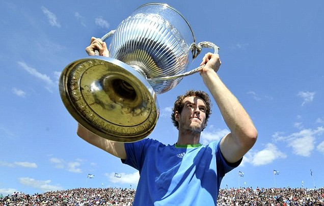 Andy Murray lifts the Aegon Championship trophy