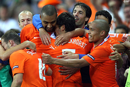 Holland celebrate against Italy