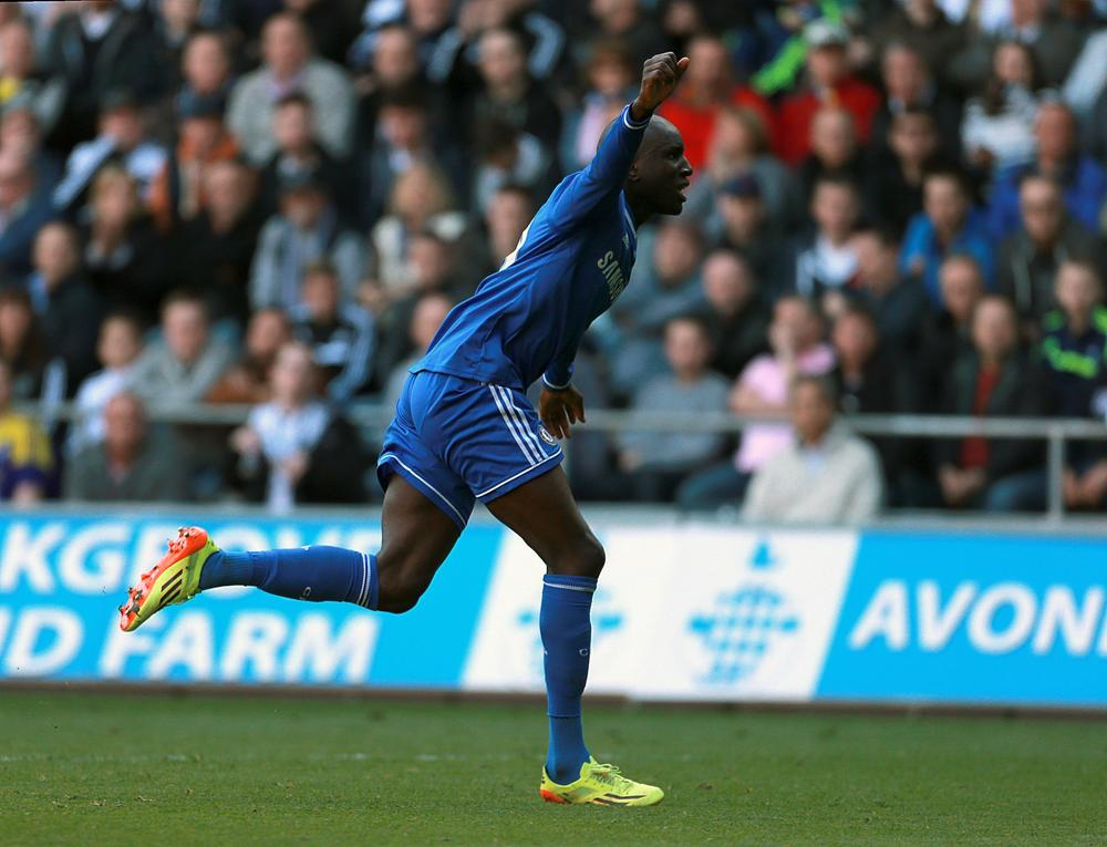 Chelsea win at Swansea keeps pressure on Premier League title rivals Liverpool and Manchester City