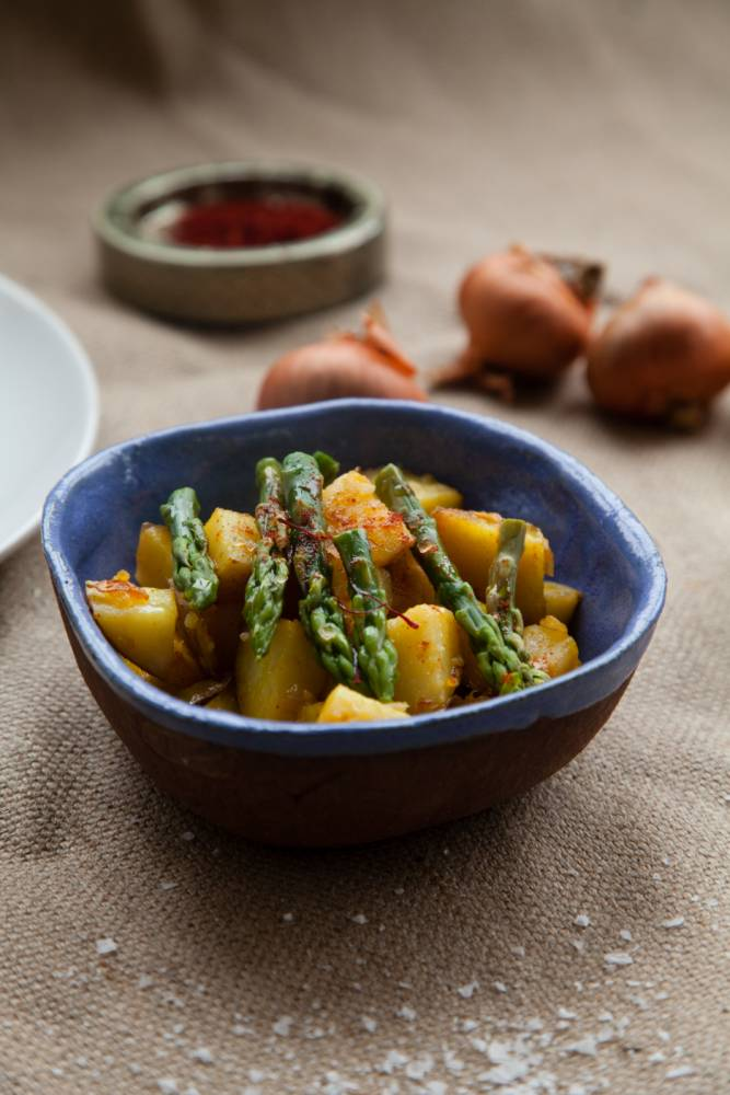How to make saffron potatoes and asparagus