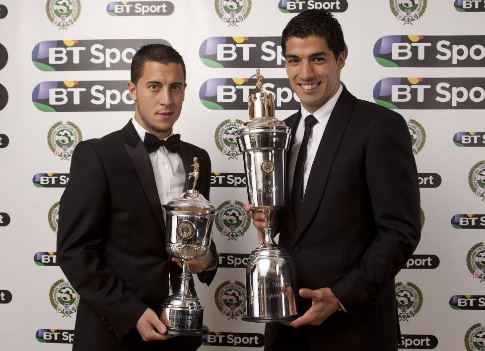 ***EMBARGOED UNTIL 2330, Sunday April 27, 2014*** Chelsea's Eden Hazard (left) with the PFA Young Player Of The Year award and Liverpool's Luis Suarez with the player of the year award during the PFA Player of the Year Awards at the Grosvenor Hotel, London. PRESS ASSOCIATION photo. Picture date: Sunday April 27, 2014. Photo credit should read: Barry Coombs/PA Wire