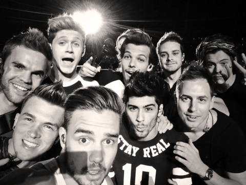 Who are the other guys in One Direction's selfie?