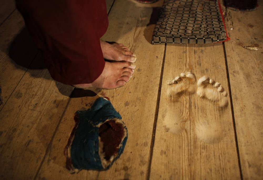 Buddhist monk makes footprints in wood through 20 years of