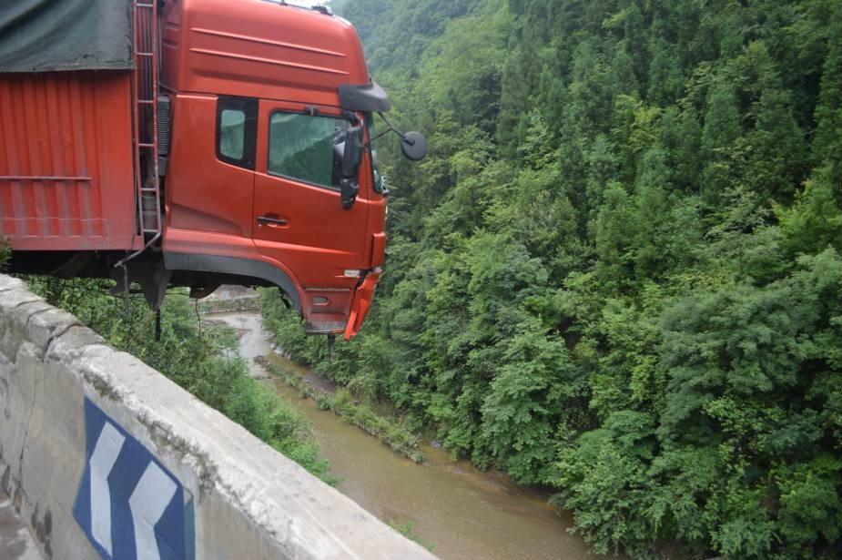 Truck hangs in the balance in real-life Italian Job