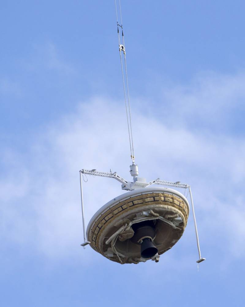 A saucer-shaped test vehicle, which holds equipment for landing large payloads on Mars, is lifted up by a high altitude balloon at the U.S. Navy's Pacific Missile Range Facility in Kauai, Hawaii June 28, 2014. The Low-Density Supersonic Decelerator (LDSD) will be lifted to high altitudes, where a rocket will take it even higher to the top of the stratosphere at several times the speed of sound.  REUTERS/Marco Garcia  (UNITED STATES - Tags: SCIENCE TECHNOLOGY TPX IMAGES OF THE DAY)