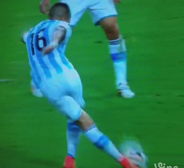 World Cup 2014: Argentina's Marcos Rojo does penalty box 'rabona' clearance against Bosnia