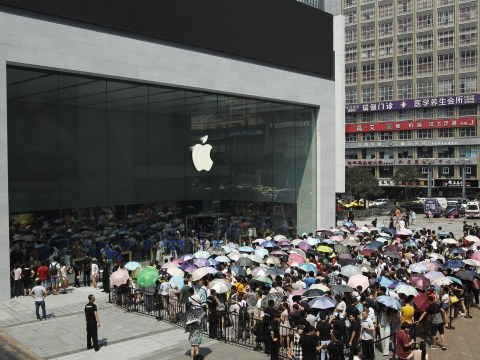 Thousands queue to enter new Apple store in China
