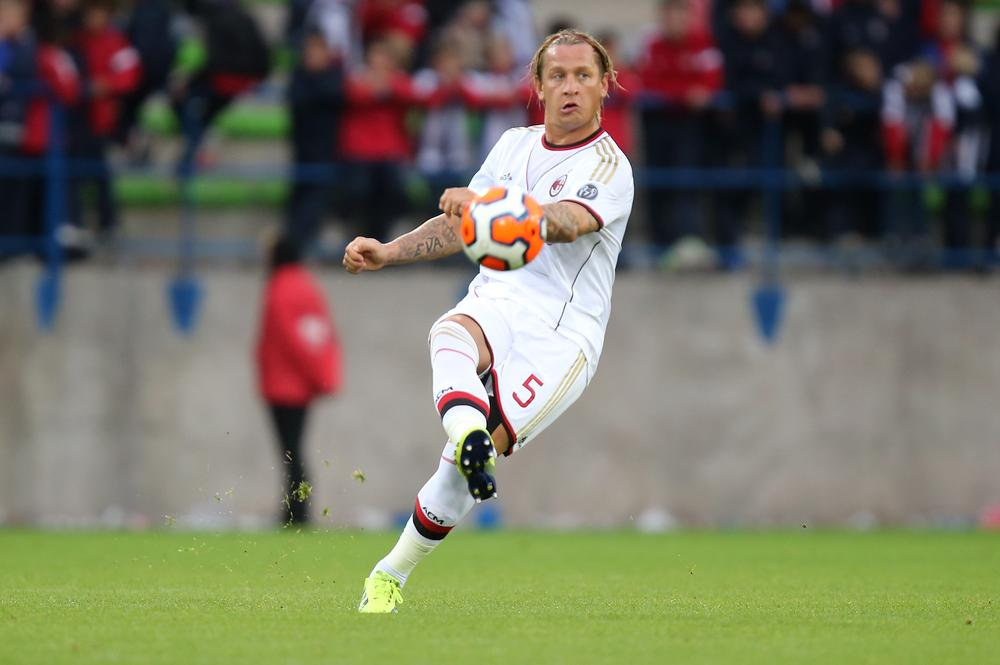 Manchester United turn to Philippe Mexes to solve defensive woes as Mehdi Benatia deal stalls
