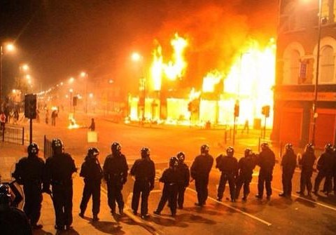 Scottish independence: Twitter users try to pass off London riot scenes as Glasgow post-vote