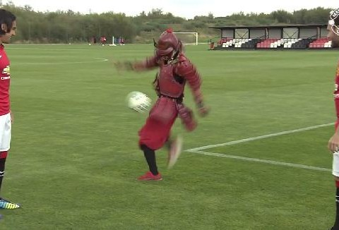 Radamel Falcao, Juan Mata and Marcos Rojo shown up by mysterious free-styling 'Red Samurai'