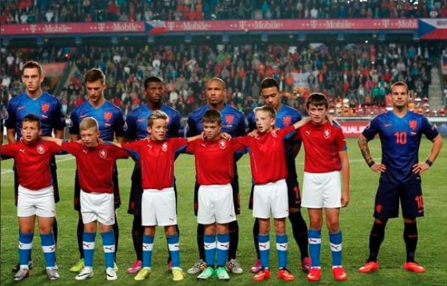 Wesley Sneijder was not impressed at having a mascot nearly as tall as him (Picture: Twitter)