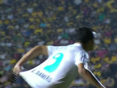 Santos striker Leandro Damiao pulls his OWN shirt to con referee into giving foul
