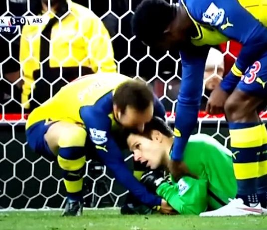 Santi Cazorla tries to wrestle the ball from Asmir Begovic's hands