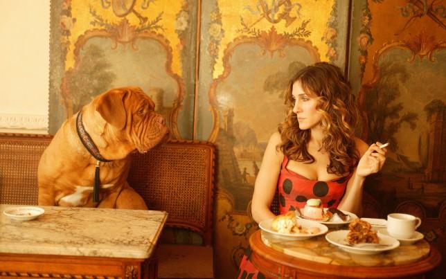 Carrie Bradshaw eats alone