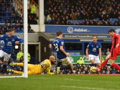 Everton boss Roberto Martinez must take Tim Howard out of the firing line