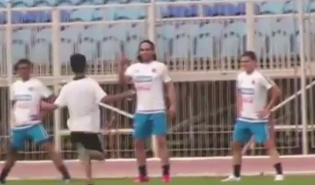 Manchester United fan interrupts Colombia training to get selfie with Falcao
