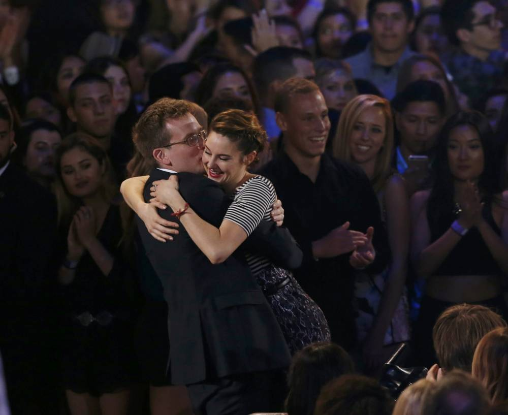 "Author John Green embraces actress Shailene Woodley as ""The Fault In Our Stars"" wins the award for Movie of the Year at the 2015 MTV Movie Awards in Los Angeles, California April 12, 2015. REUTERS/Mario Anzuoni"