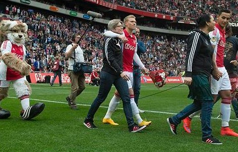 Ajax players walk onto pitch with their mums to celebrate Mother's Day