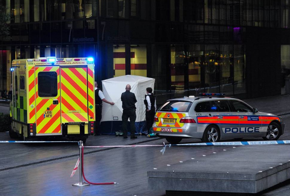 Image ©Licensed to i-Images Picture Agency. 30/07/2015. London, United Kingdom. Police officers place a tent over what appears to be a dead  body outside City Hall in the centre of London. Picture by Andrew Parsons / i-Images