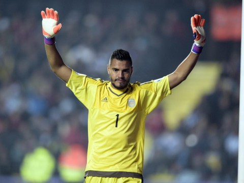 Sergio Romero 'ready to join Manchester United on a free transfer, signing a three-year deal'