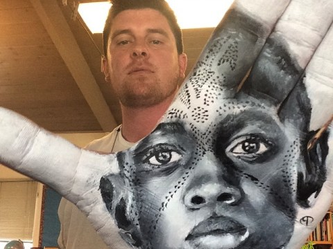 This artist paints striking portraits on the palm of his hand