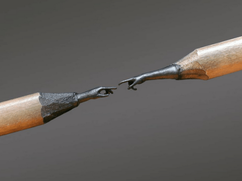 Artist creates incredibly detailed sculptures on the tiny tips of pencils