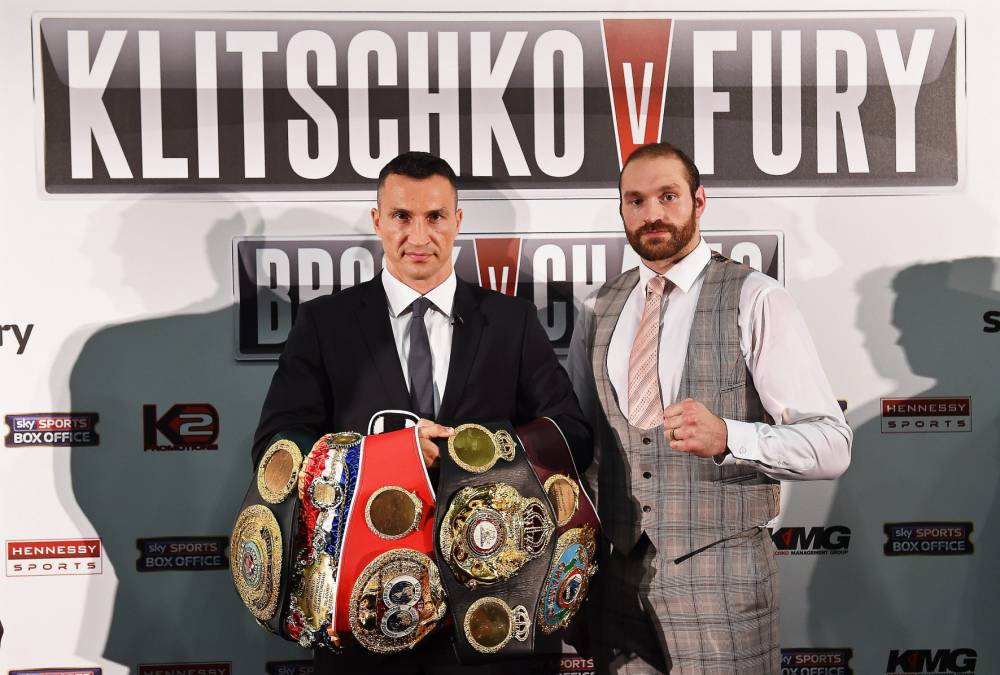 epaselect epa04944829 Ukrainian WBA, WBO, IBO and IBF heavyweight boxing world champion Wladimir Klitschko (L) and his British challenger Tyson Fury (R) pose for photographers during a press conference in London, Britain, 23 September 2015. Klitschko will be challenged by Fury for the world heavyweight crown in Duesseldorf, Germany, on 24 October 2015. EPA/ANDY RAIN